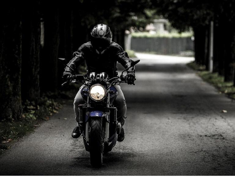 バイクに乗る時に半ヘルの人って正直バカだと思う
